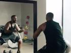 Drake dança o som de Taylor Swift durante comercial da Apple