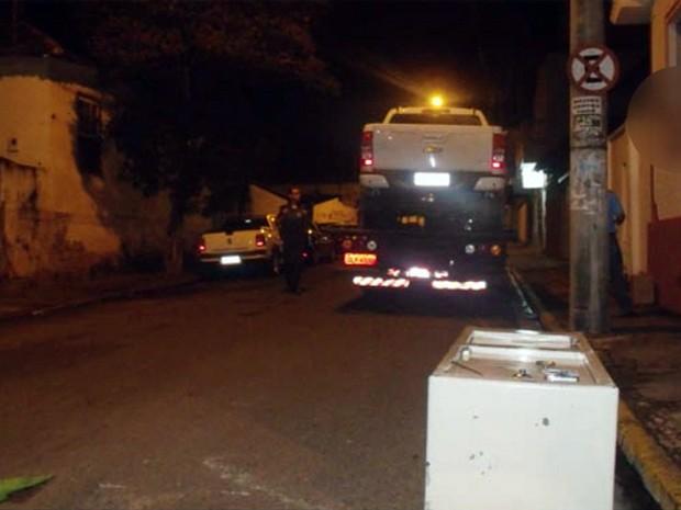 Cofre foi colocado em carroceria, mas caiu da caminhonete no meio do caminho em Alfenas, MG (Foto: Reprodução/ EPTV)