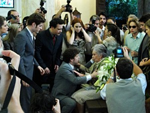 Dona Beatriz passa mal e Cristal desaparece (Foto: Malhação / TV Globo)