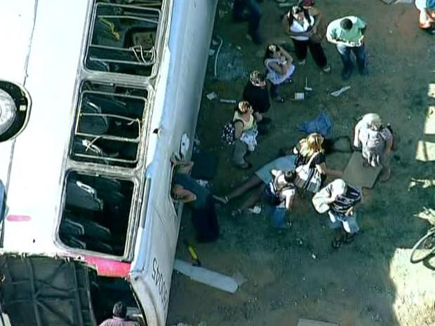 Feridos são retirados do ônibus acidentado (Foto: Reprodução/TV Globo)