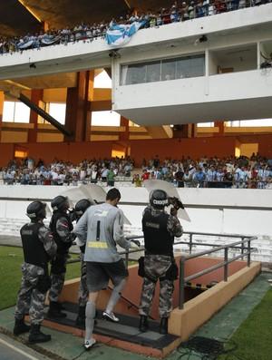 Revoltada com empate, torcida jogou objetos nos jogadores (Foto: Marcelo Seabra/O Liberal)