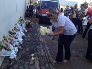 Grupo recolheu e entregou flores para as vítimas do estupro coletivo ocorrido em Castelo do Piauí (Foto: Ellyo Teixeira/G1)