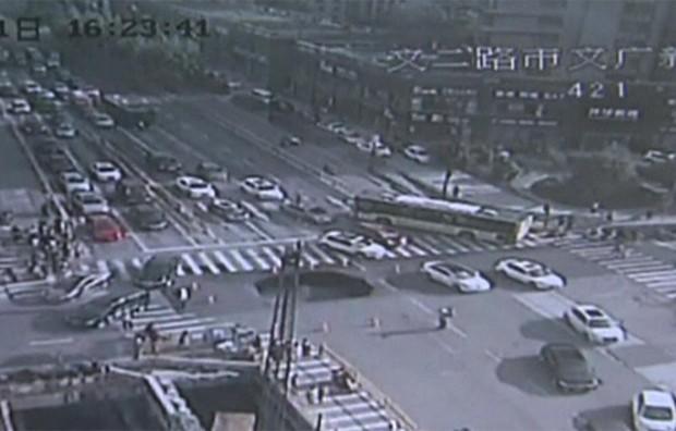Câmera de segurança registra aparecimento inesperado de cratera em rua movimentada na China  (Foto: Reprodução)