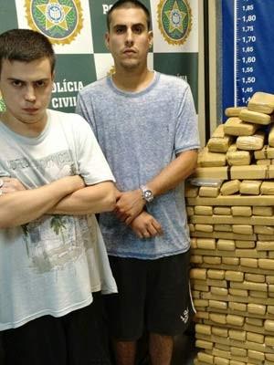 Jovens presos com cerca de 300 quilos de maconha, na Tijuca (Foto: Divulgação/ Polícia Civil)