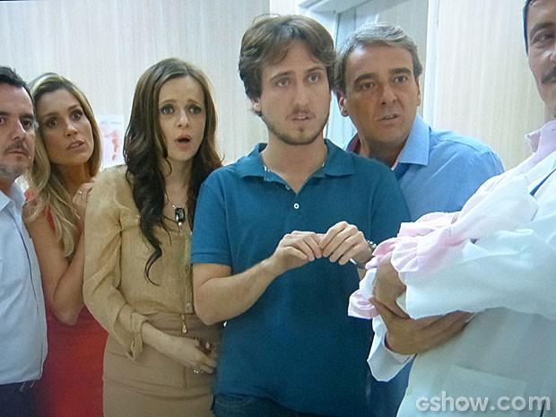 Marcelo não acredita quando o médico anuncia que ele tem quatro filhos (Foto: Além do Horizonte / TV Globo)