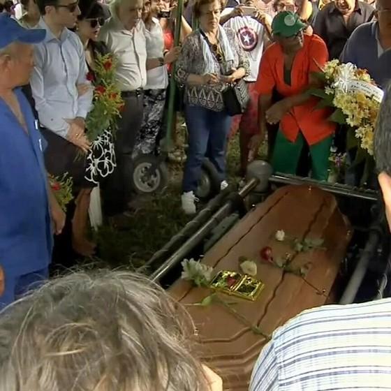 A família e amigos velam o corpo do cantor, que foi encontrado morto na casa onde vivia com a mulher (Foto: TV Verdes Mares/Reprodução)