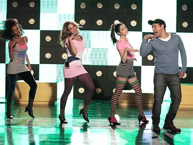 O trio ensaia seguindo as orientações de Fly (Foto: Cheias de Charme / TV Globo)