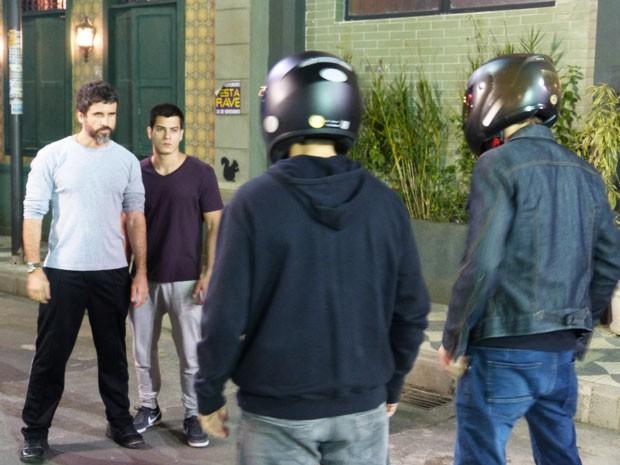 Gael aparece para ajudar Duca contra motoqueiros (Foto: Malhação/Gshow)