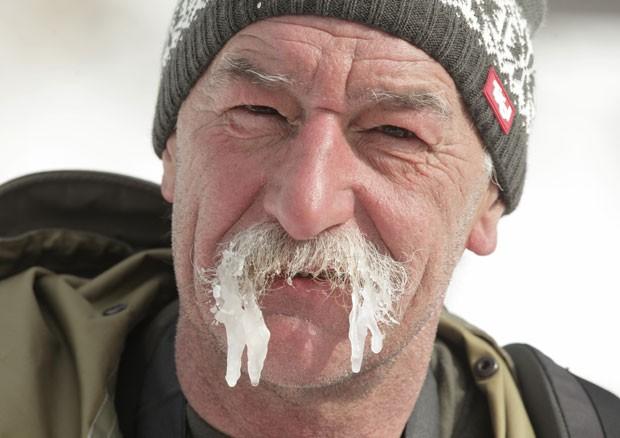 Sargento exibiu bigode com Estalactites após competição na neve (Foto: Dieter Nagl/AFP)
