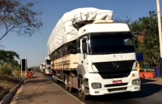 Caminhão é flagrado ao transportar carvão vegetal ilegal na BR-153 em Goiás (Foto: Divulgação/ PRF)