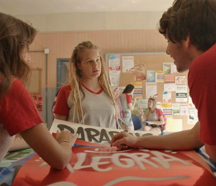 Belinha fica surpresa ao ver Lucas com Luíza (Foto: TV Globo)