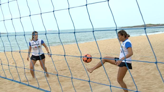 Thais e Lane fazem a preparação nas areias de Vila Velha (Foto: Divulgação / TV Gazeta ES)