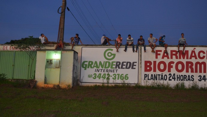 Torcedores do Rolim de Moura assistindo jogo em cima do muro do estádio Cassolão (Foto: Lauane Sena)