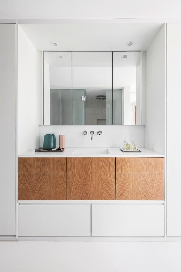 Bancada. De quartzone superwhite, segue espírito clean, com armários revestidos de carvalho-americano (Foto: Maíra Acayaba / Editora Globo)