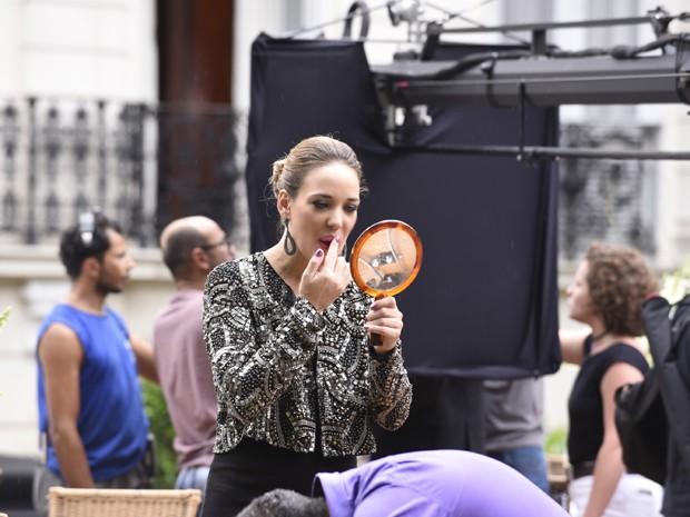 Adriana Birolli retoca a maquiagem antes de encarnar Amanda (Foto: Raphael Dias/Gshow)