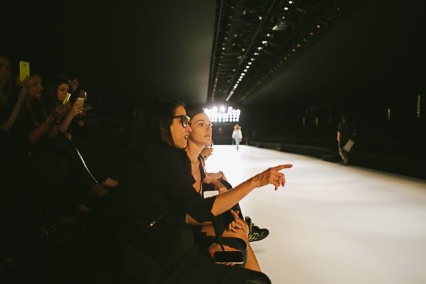 Isis conversa com a estilista Gloria Coelho no ensaio do desfile. (Foto: Elisa Mendes)