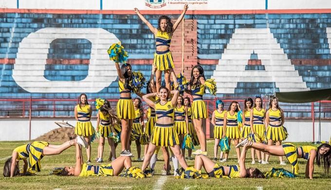 Cheerleaders do Pouso Alegre Gladiadores se apresentam antes de jogo no Manduzão (Foto: Chiarini Jr.)