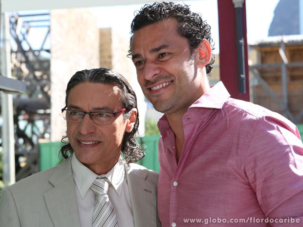 O ator Luis Carlos Vasconcelos tieta o jogador Fred (Foto: Flor do Caribe/TV Globo)