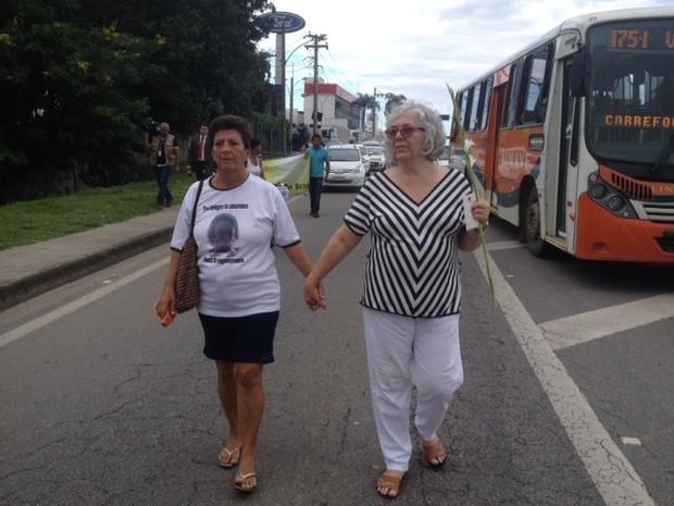 Luzia, mãe do morto na chacina, ao lado da psicóloga Lydia, com roupa listrada (Foto: Cristina Boeckel / G1)