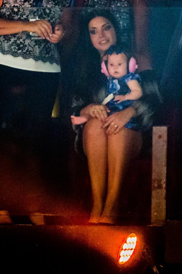 Thais Fersoza assiste show de Michel Teló com a filha, Melinda (Foto: Manuela Scarpa/Brazil News)
