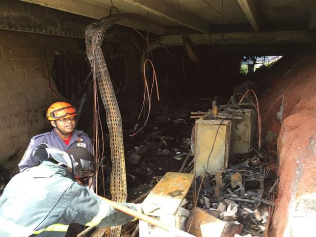 Bombeiros procuram novos focos de incêndio dentro do prédio (Foto: Divulgação / Bombeiros)
