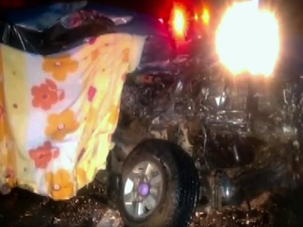 Três pessoas da mesma família e motorista de outro carro ficaram feridas em acidente na MG-050, entre Passos e Itaú de Minas (Foto: Helder Almeida)