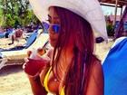 Irmã de Neymar posa de biquíni durante viagem à Jamaica