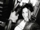 Giulia Costa tira selfie com a mãe, Flávia Alessandra, ao fundo
