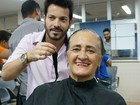Voluntários doam cabelos para pacientes que lutam contra o câncer