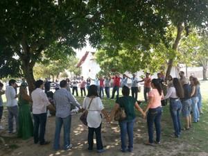 Candidatos fazem oração antes do exame da OAB, no Amazonas  (Foto: Marcos Dantas/G1 AM)