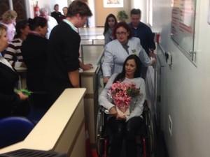 Maristela saiu do hospital de cadeiras de rodas e recebeu o carinho do público (Foto: Douglas Márcio da Silva/RBS TV)
