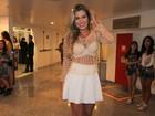 Sereia?! Adriana usa blusa transparente em show no Rio