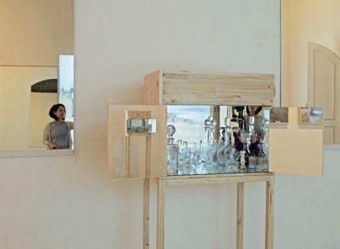 Foto (Foto: Leila Danziger, no espelho, e uma de suas obras: artista leva suas experiências nas artes visuais para poemas que vêm se cristalizando há 20 anos  / Wilson Montenegro / Divulgação)