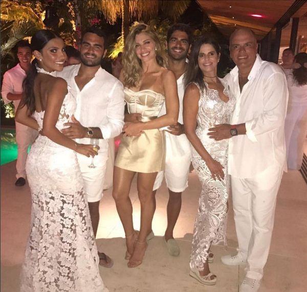 Grazi Massafera com o namorado e família dele (Foto: Reprodução/ Instagram)