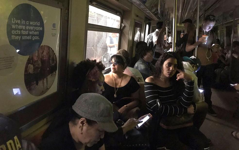 Passageiros são vistos em vagão sem iluminação após descarrilamento de trem do metrô perto da parada da rua 125 no Harlem, em NY, na terça (27) (Foto: Jackie Faherty via AP)