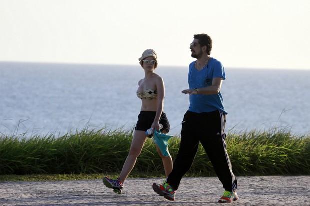 Bruna Linzmeyer e namorado (Foto: Dilson Silva/ Ag. News)