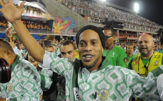 Ronaldinho Gaúcho desfila pela Mocidade (Foto: Globoesporte.com)