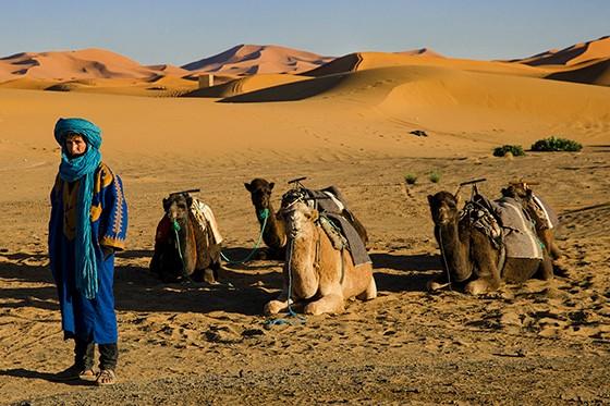 Um cameleiro aguarda, com a paciência dos homens do deserto, a chegada dos visitantes (Foto: © Haroldo Castro/Época)