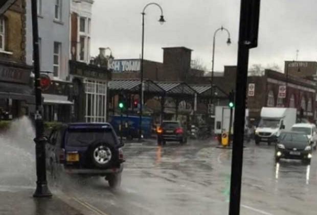 Motorista é investigado por passar em poças para espirrar água em pedestres (Foto: Reprodução/YouTube/The Telegraph )