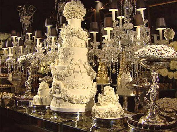 A decoração sofisticada descrita acima por Bruno Astuto e o bolo rendado (Foto: Mais Você / TV Globo)