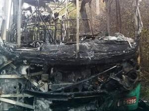 Cobrador sofreu pequeno corte na mão e motorista não se feriu no incêndio em Florianópolis na manhã desta terça  (Foto: Jacksom dos Santos/Divulgação)