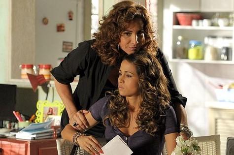Totia Meirelles em cena de 'Salve Jorge' com Nanda Costa (Foto: TV Globo)