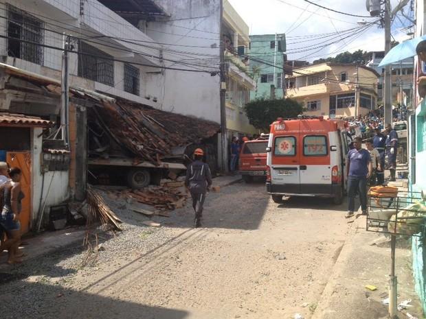 Veículo invadiu casa em acidente nesta quarta-feira (Foto: Rafael Teles/ G1 Bahia)