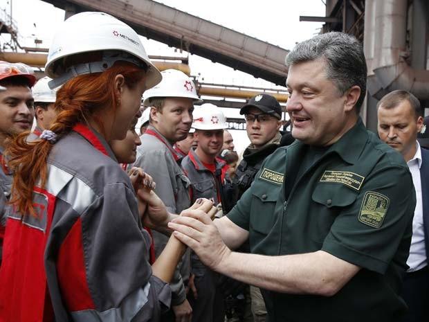 Presidente da Ucrânia, Petro Poroshenko, cumprimenta trabalhadores em visita a Mariupol nesta segunda-feira (8) (Foto: REUTERS/Vasily Fedosenko)