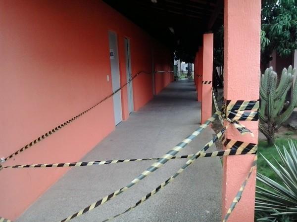 Parte de teto na área externa de bloco de salas da Uespi pode desabar (Foto: Portal Serra da Capivara)