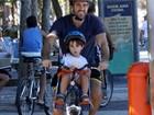 Eriberto Leão anda de bicicleta e depois curte praia com o filho