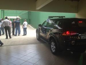 Viatura da Polícia Federal à espera de Roberto Jefferson na tarde desta segunda-feira (Foto: Leonardo Lourenço/TV Rio Sul)