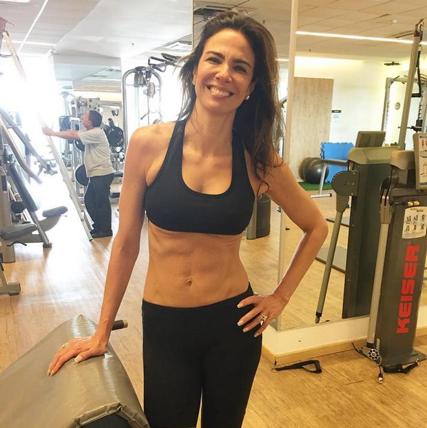 Luciana Gimenez mostra a barriga sequinha na academia (Foto: Reprodução/Instagram)