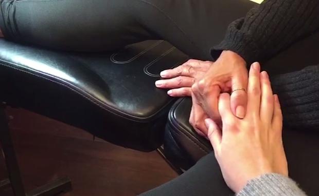 Sasha segura a mãe de Xuxa durante o procedimento (Foto: Reprodução/Youtube)