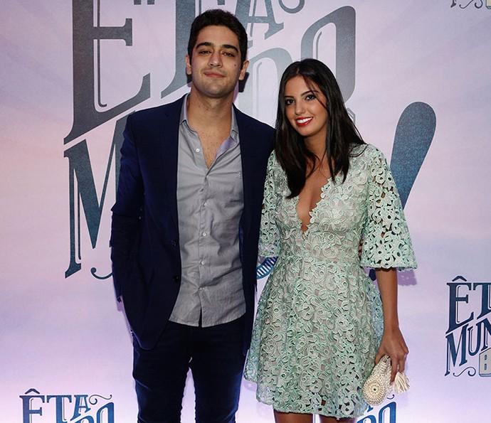 Miguel Rômulo com a namorada Carolina Moraes na coletiva de imprensa de 'Êta Mundo Bom!' (Foto: Inácio Moraes / Gshow)